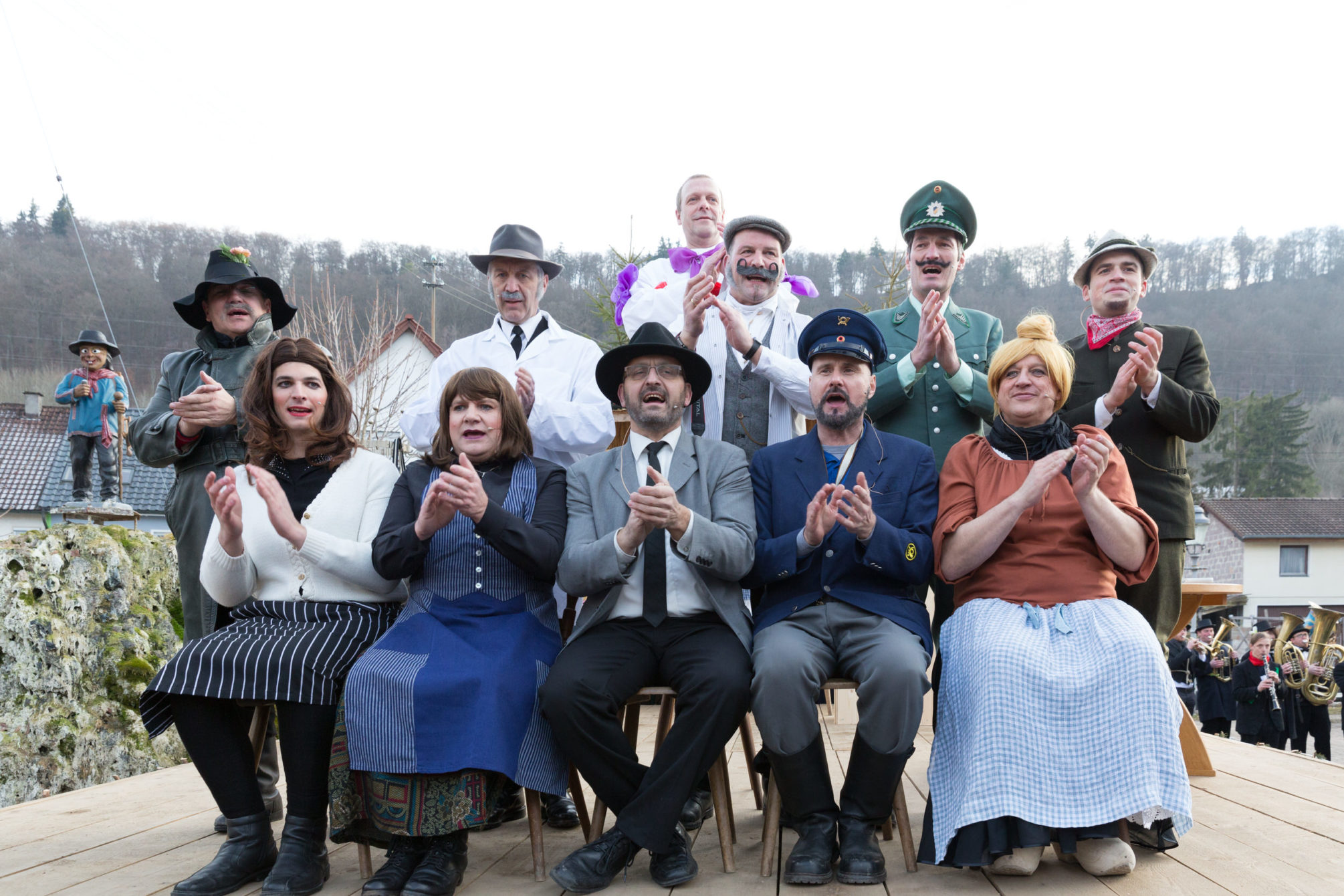 Gruppenfoto der Theaterleute aus dem Fasnetsspiel 2017 in Burladingen.