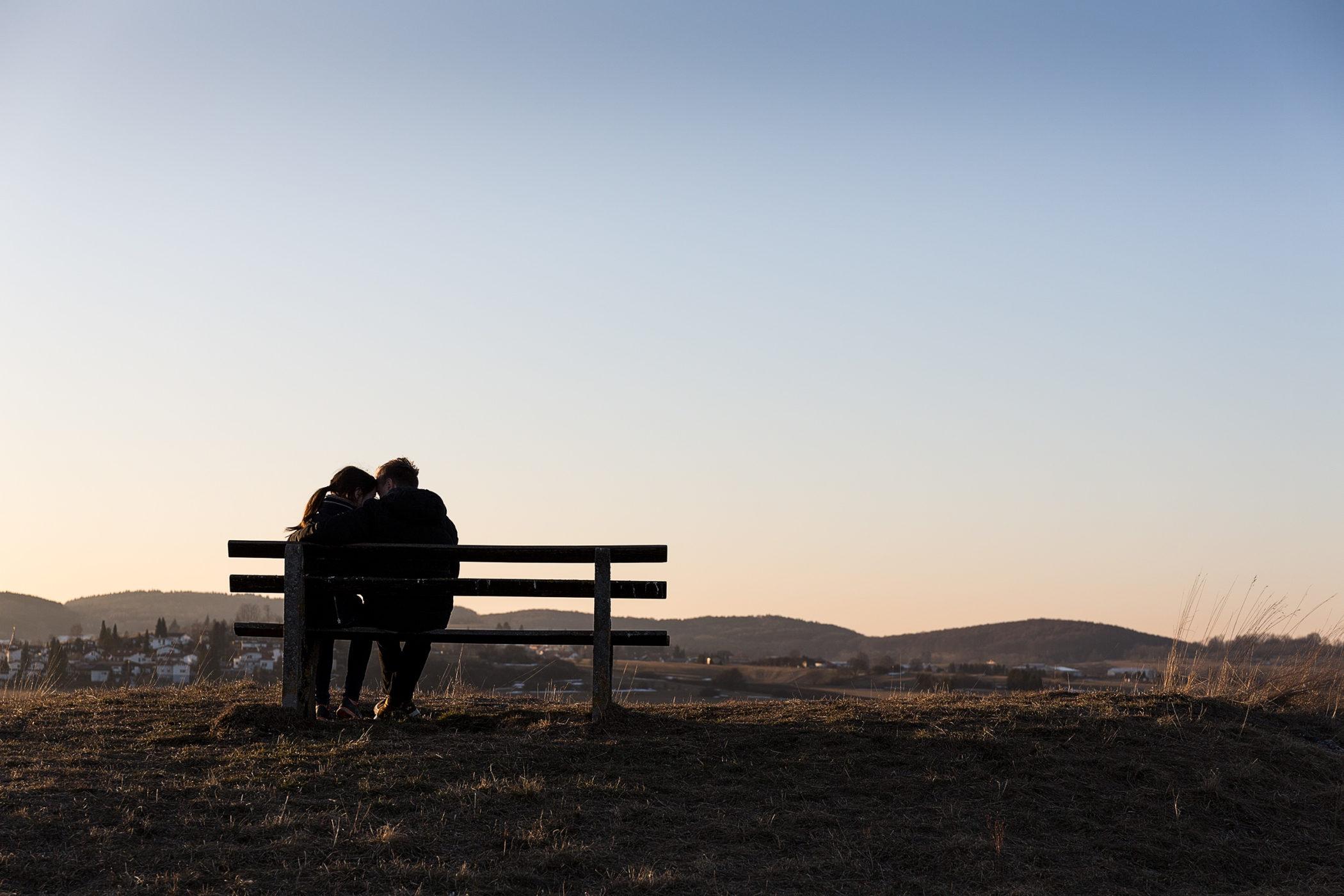 Liebespaar eng umschlungen auf Bank sitzend bei Sonnenbühl-Undingen.