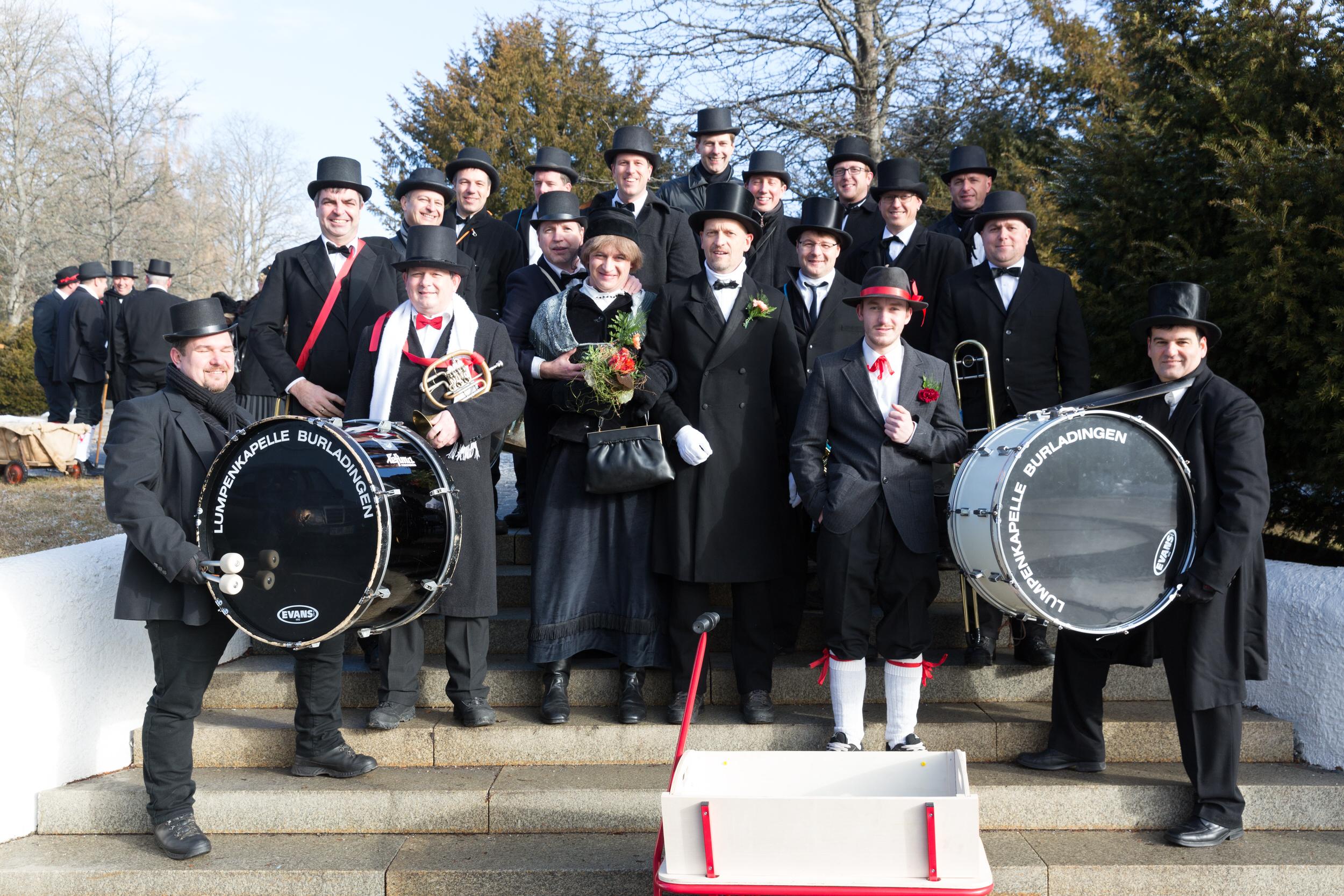 Typische Gruppe Hochzeitslader mit Braut, Bräutigam, Kassenbuben und Kapelle des Fasnetsspiels Burladingen.