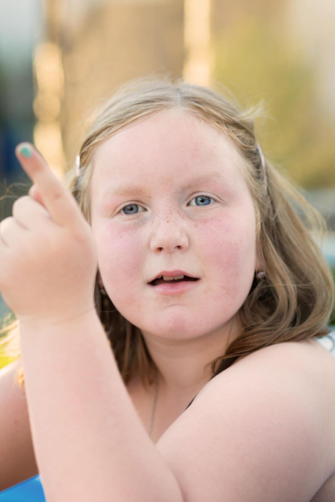 Portrait eines jungen Mädchens welches in die Kamera schaut.