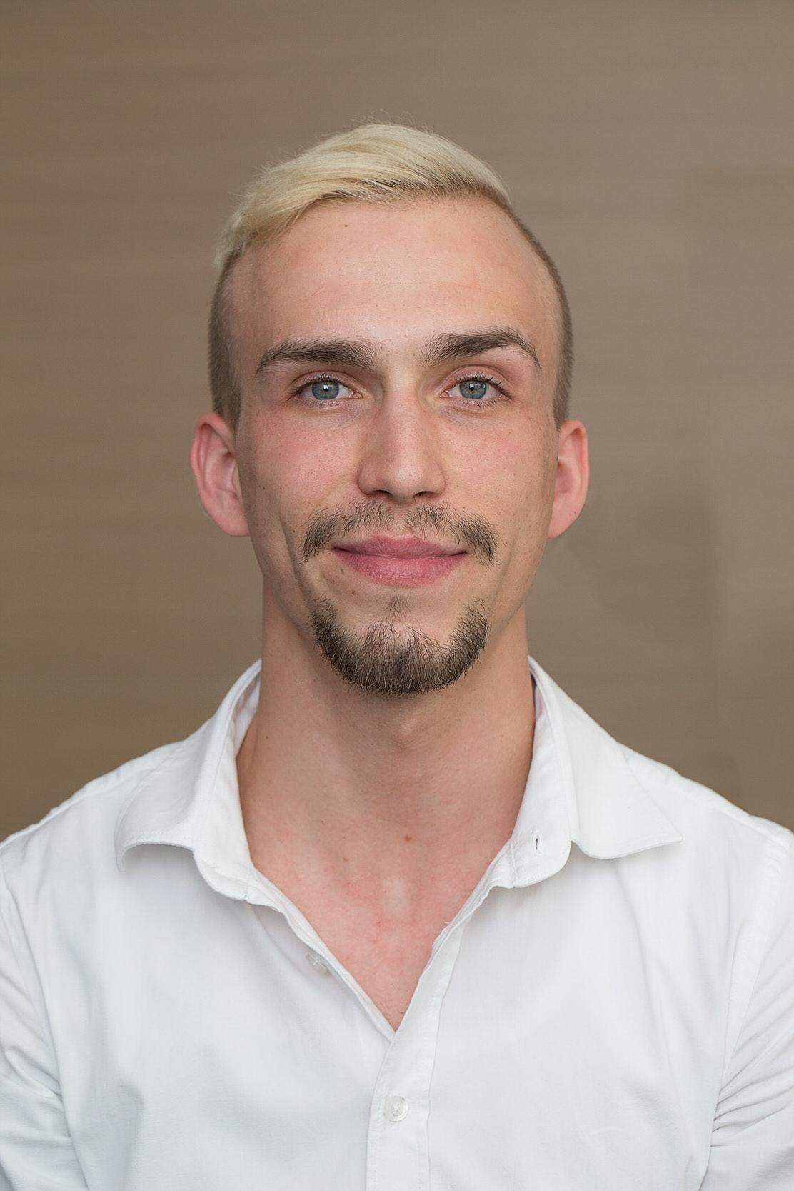Portrait eines jungen Mannes.