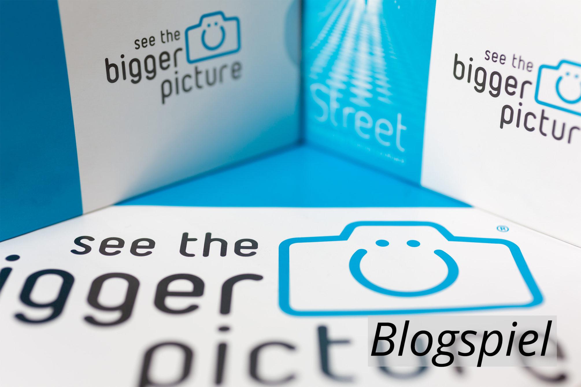 Blogspiel Headerbild mit Text in Farbe.