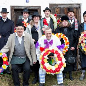 Gruppenfoto der Fasnetsspieler von Burladingen vor dem ältesten Haus des Ortes.
