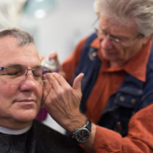 Fasnetsspieler beim Friseur in Burladingen.