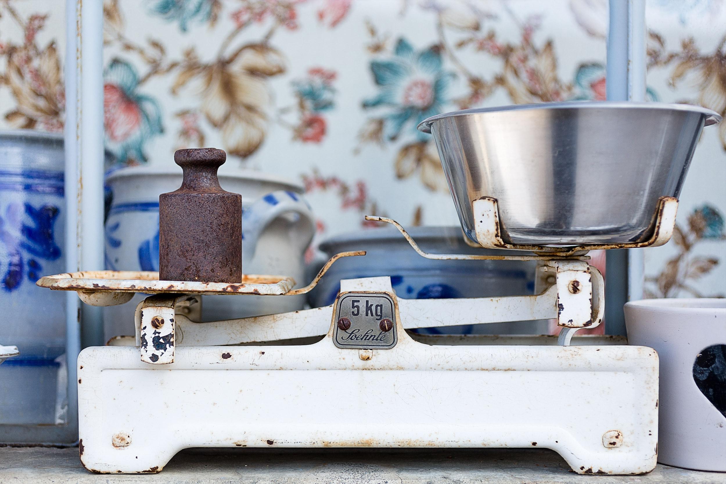 Bild einer alten Küchenwaage mit zwei Gewichten darauf. Lösung für das Blogspiel 'Bigger Picture Crads' im Monat März 2018.