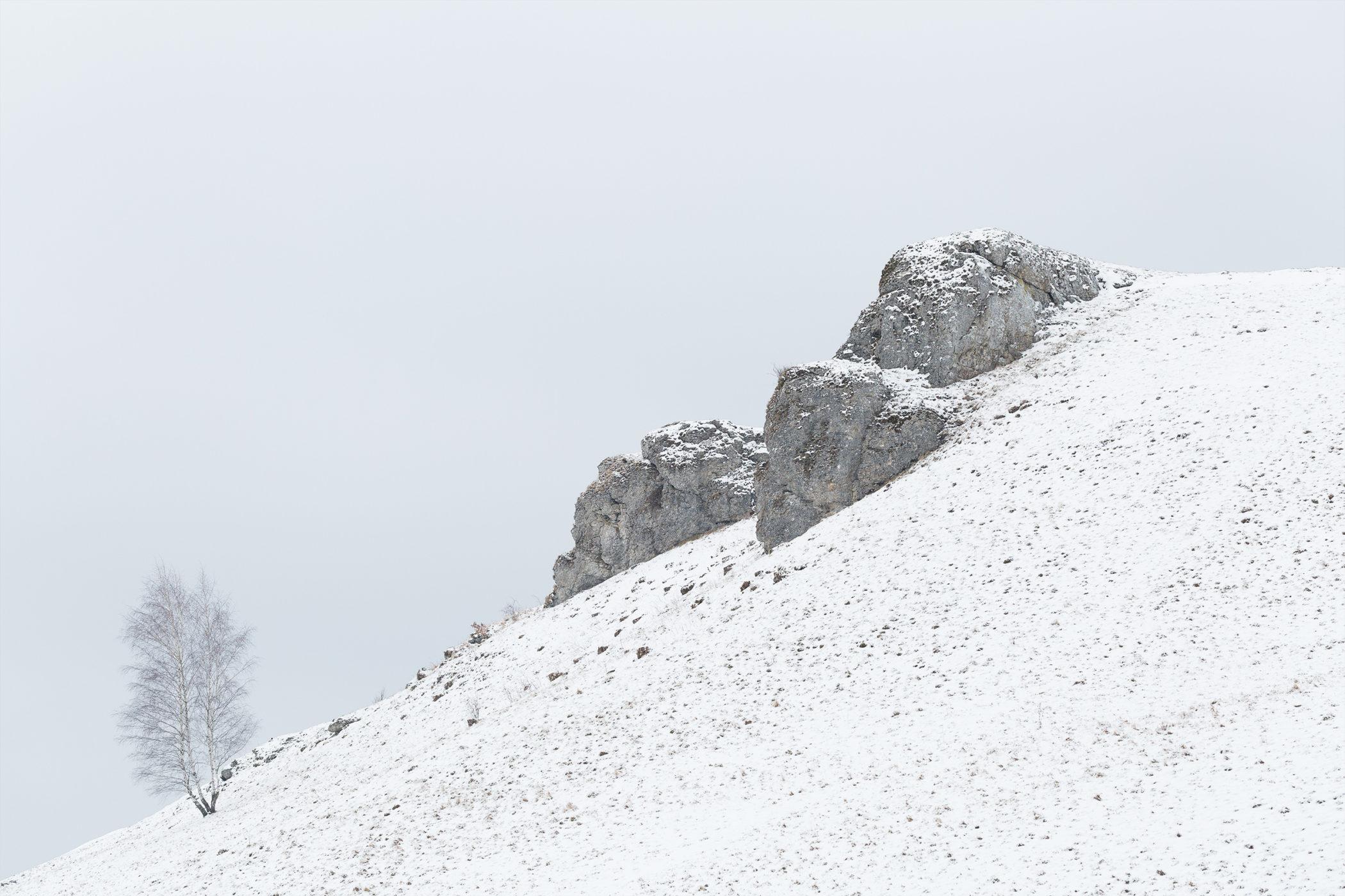 Blick auf den verschneiten Aussichtspunkt Kalkfelsen nahe Undingen auf der Schwäbischen Alb.
