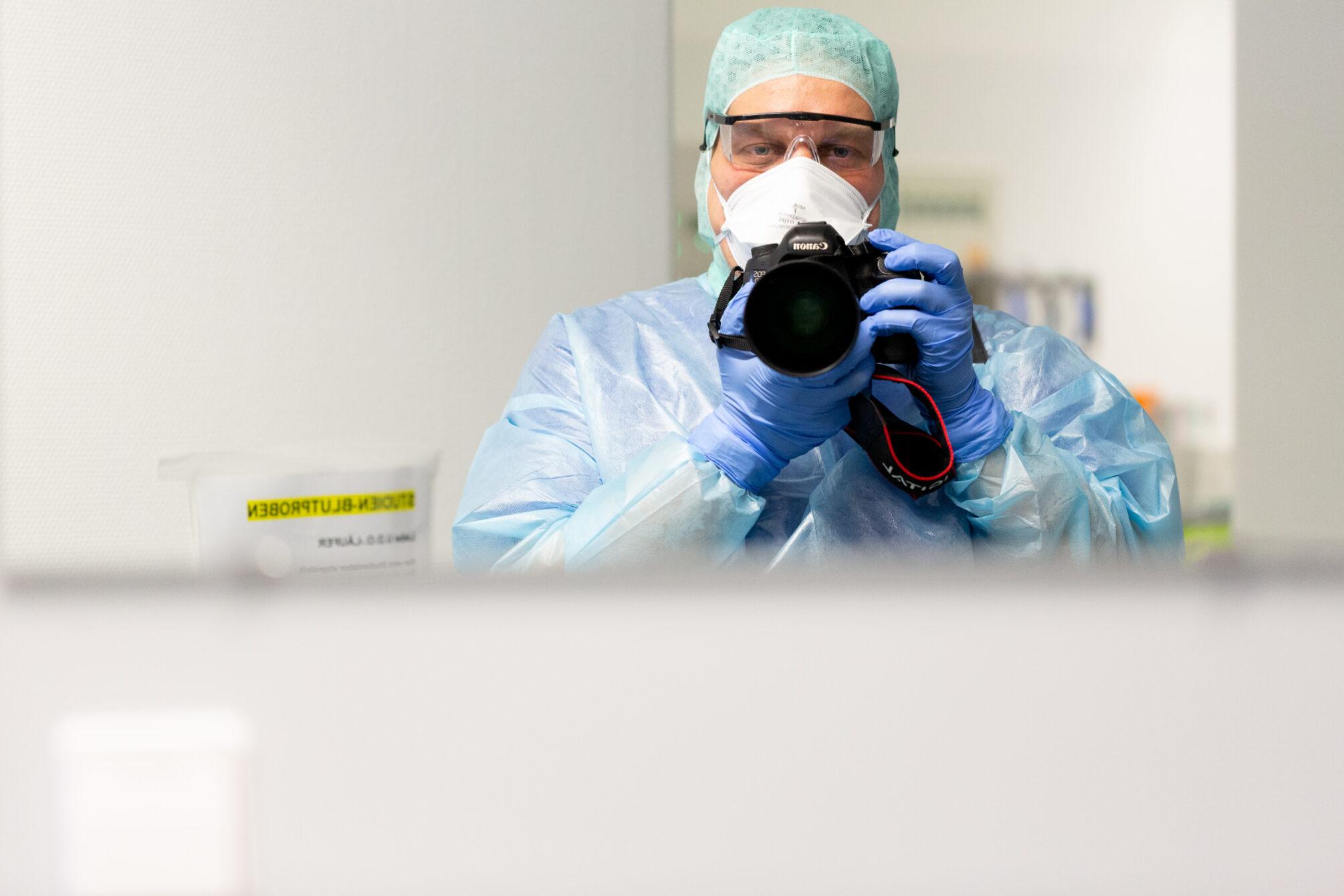 Selfie im Spiegel vom Fotograf in FFP 3 Schutzkleidung